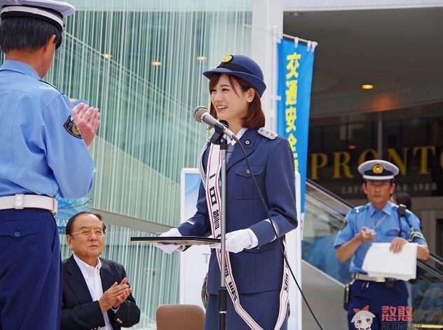 麻衣学姐化身警察署长在动漫圣地指引游客,新制服诱惑?我好了