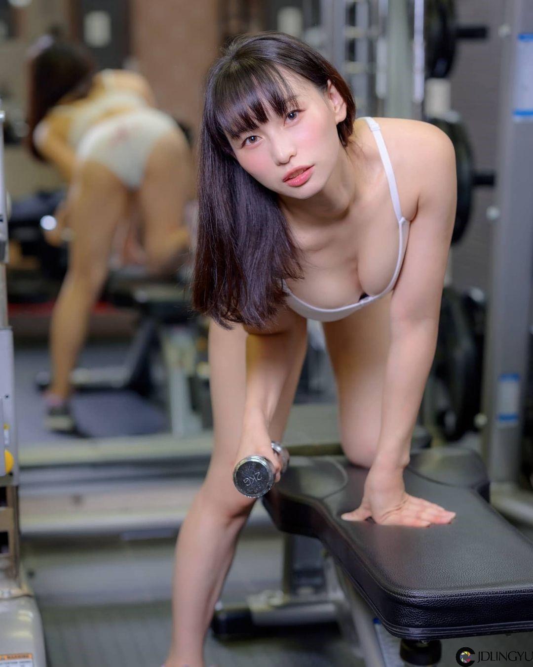健身房惊见气质筋肉妹「真白まお」哑铃硬举挺出蜜桃尻 肉感十足细腰马甲线健美又性感