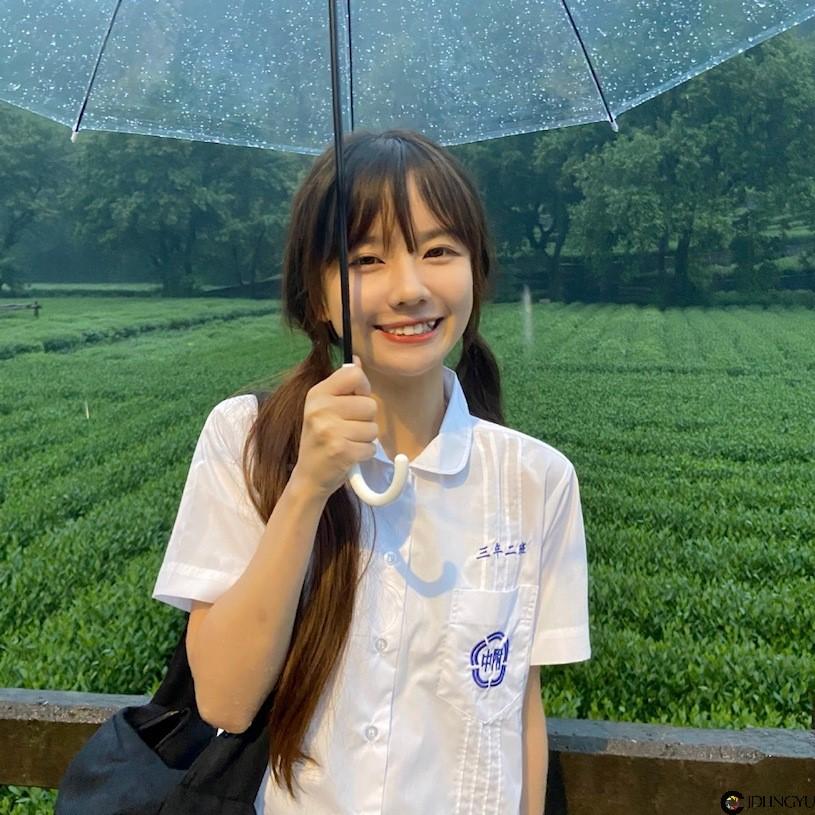 太萌了!下雨天遇到超可爱童颜正妹「7andrea」,甜甜脸蛋让人想为她好好撑伞!