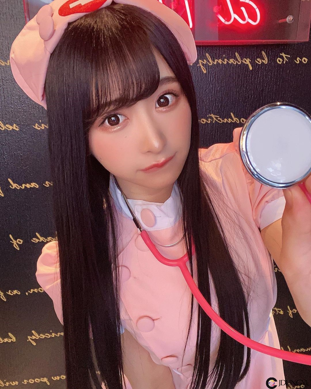 同事这么辣好吗!性感OL「真岛 なおみ」裙子长度超迷你,惹火美腿让人无法专心上班!