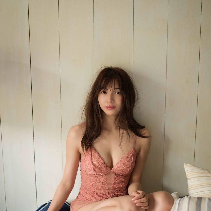 日菲混血美乳女神「传谷英里香」,22寸纤腰「极致曲线好诱惑」!