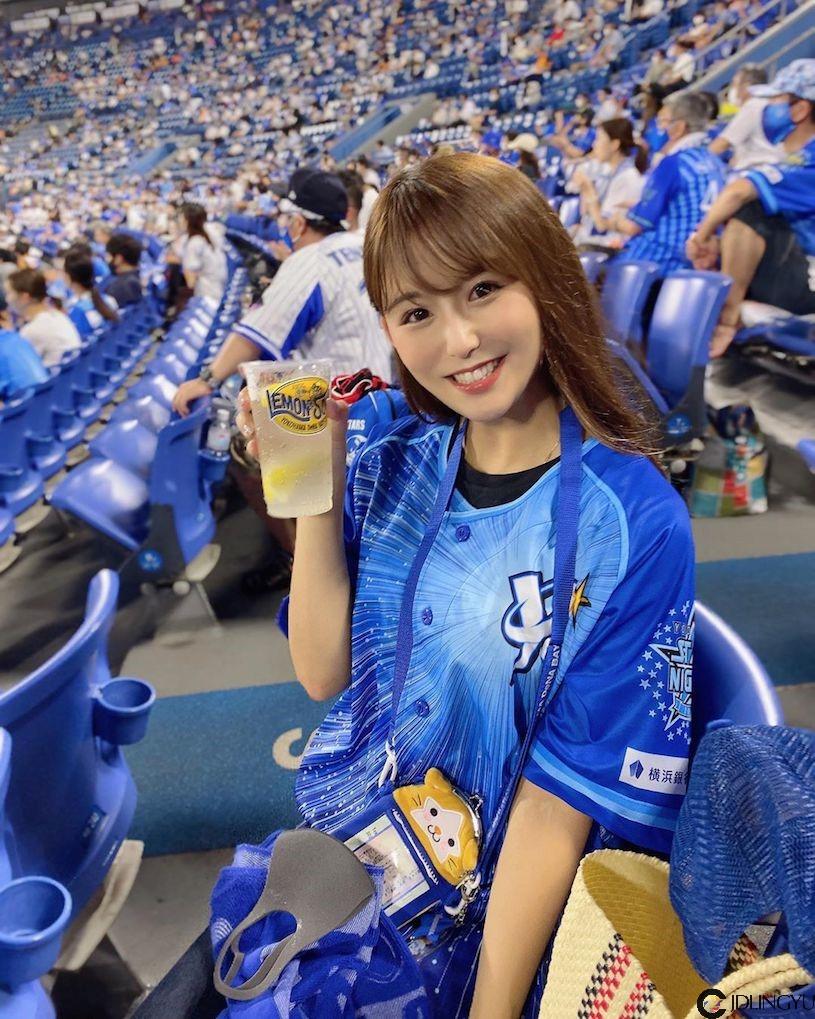 日职球场发现「超甜美正妹」,私下出游的「美乳辣照」有够邪恶!