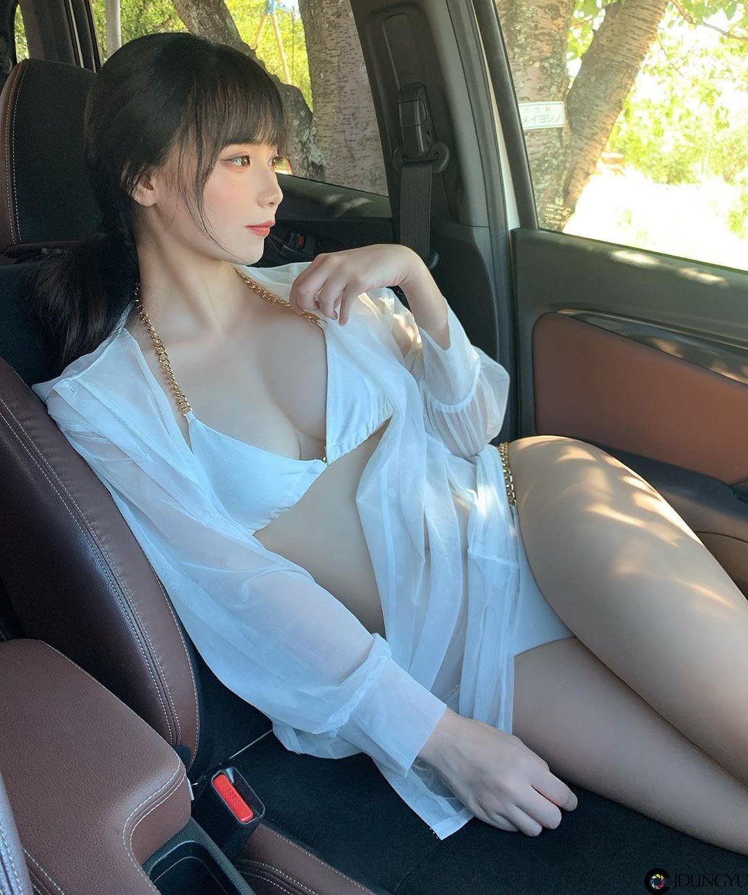 这怎么专心开车?韩系日妹「Haru」穿比基尼坐副驾驶大展「雪乳美尻」好诱惑!