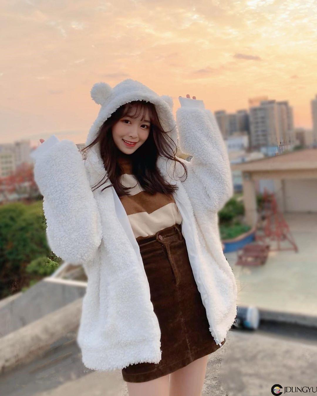 17岁香港萌妹「Coco Wang」甜力笑容太梦幻,不经意的性感美秒速圈粉!