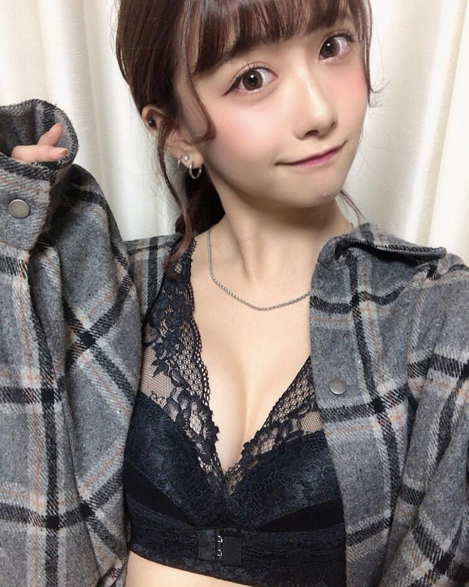隐乳认证!21岁甜美樱花妹「亀田真由」惊见性感深沟,粉丝:青春肉体真香