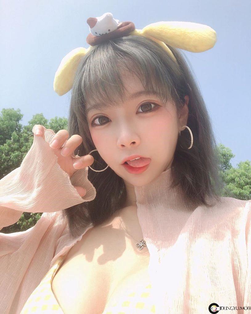 甜美制服正妹「展现超雄伟乳量」,胸前白嫩画面太诱惑!