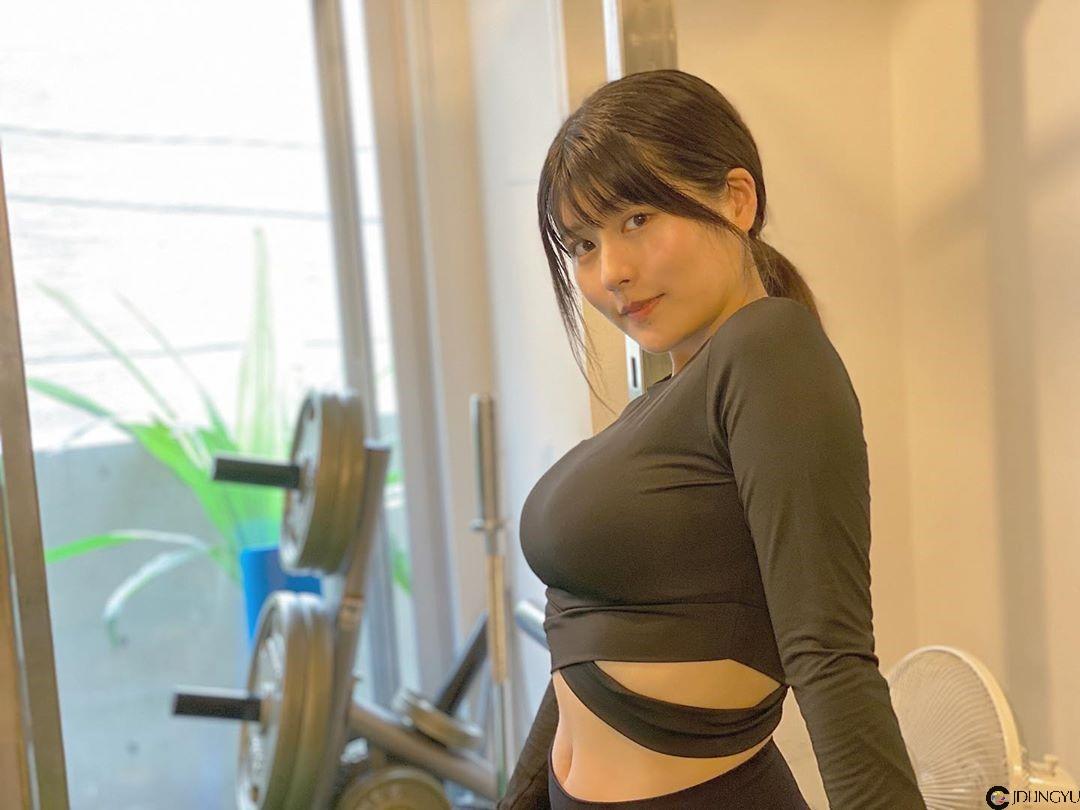 健身房惊见巨乳版有村架纯「ちとせよしの」性感娇喘深蹲胸推 汗水浸湿衣服「胸前形状」跑出来