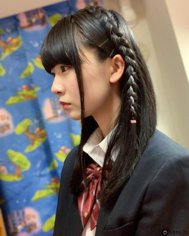 制服樱花妹「桥本美樱」低头绑马尾模样超清纯 撩起的不是头发而是哥的心啊