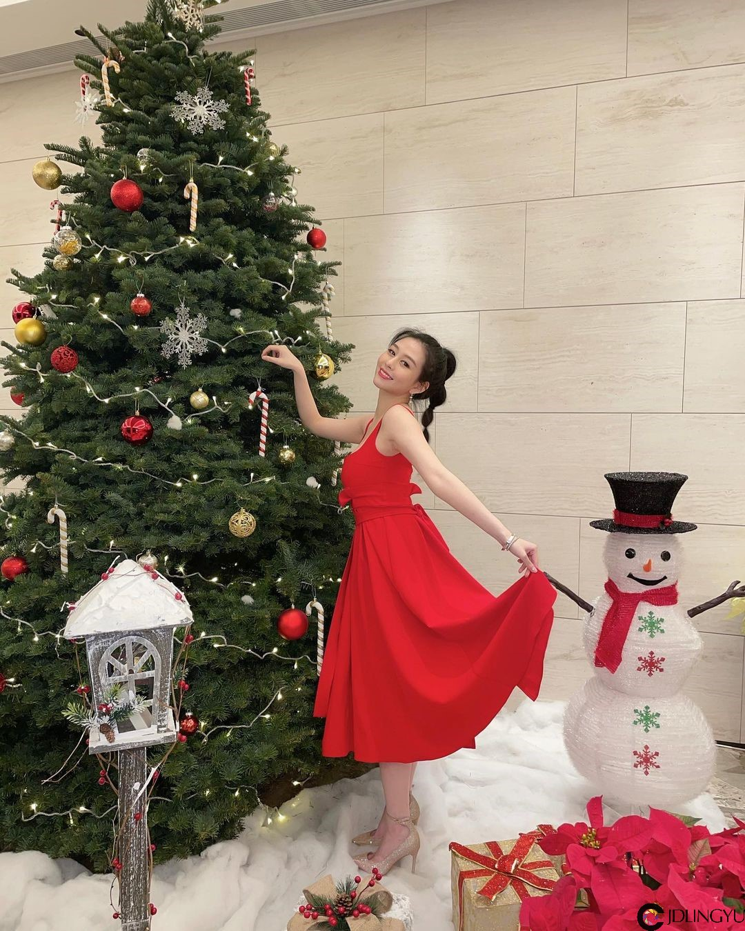 邱淑贞女儿「沈月」继承妈妈女神风范 大红洋装展现小女人的性感