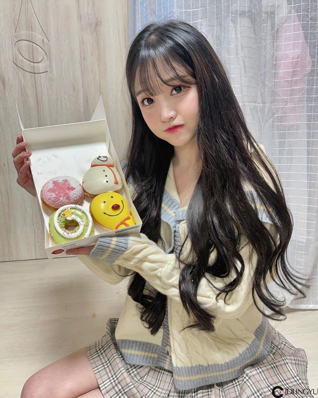 甜美小厨娘「박민정」坐在厨房台面当佳肴 如果可以,先来杯牛奶好吗…?