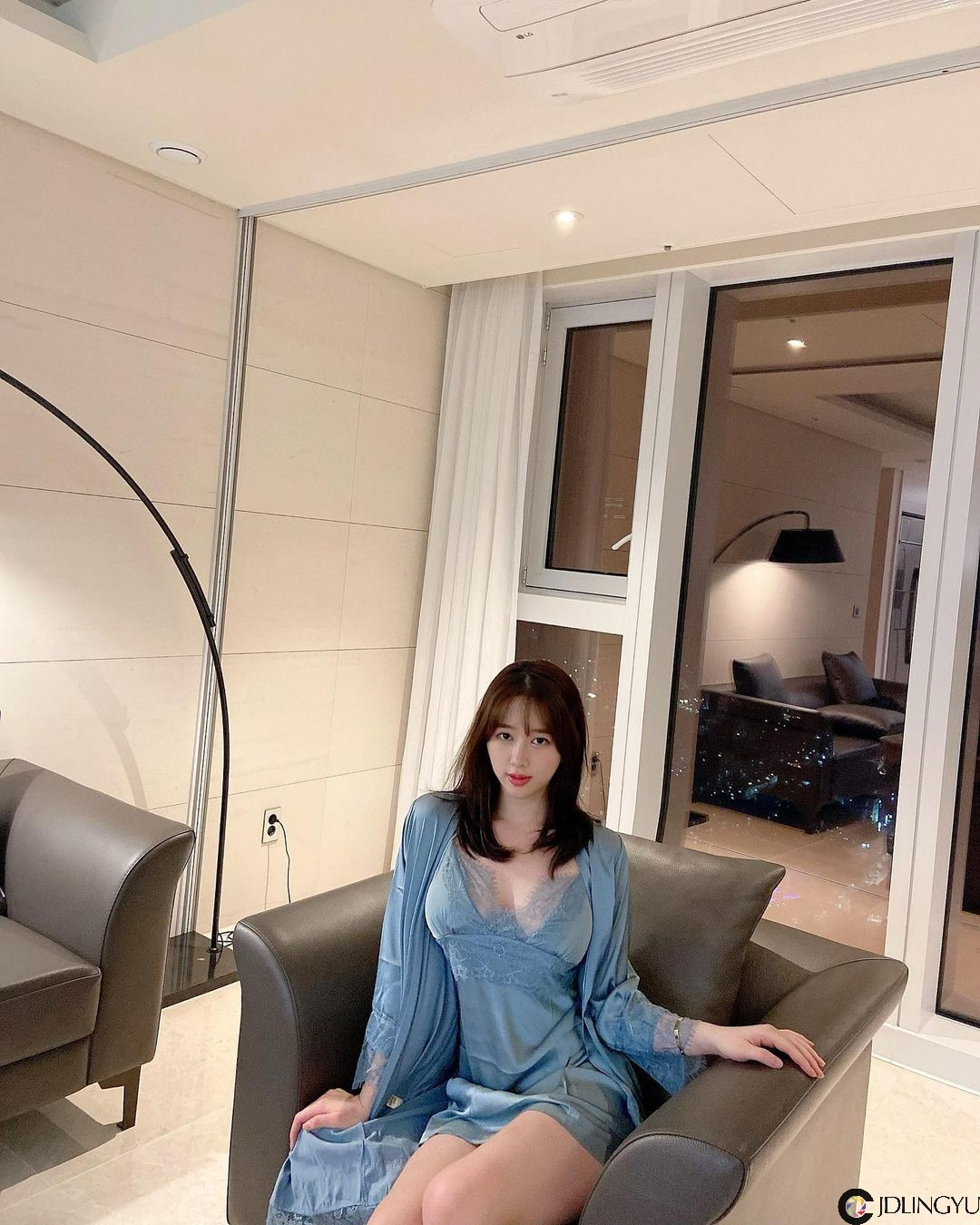 气质正妹[김빛나라]在家做年糕锅,贴身短裙巧露内裤痕,正面爆乳份量让人看了肚子超饿!